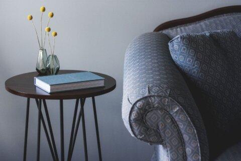 Beistelltisch und Couch